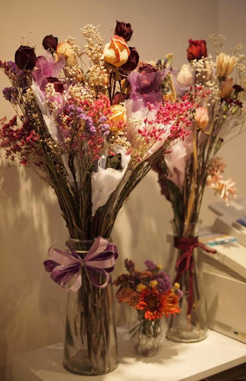 trockene Rosen und Ziergräser wunderschön arrangiert