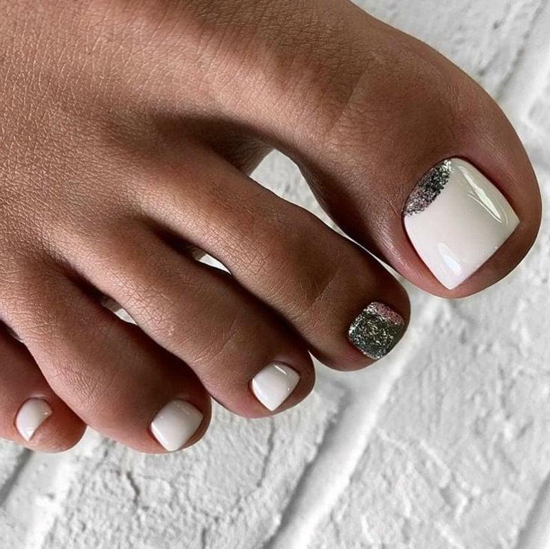 cremeweiße Fußnägel Glitzerlack