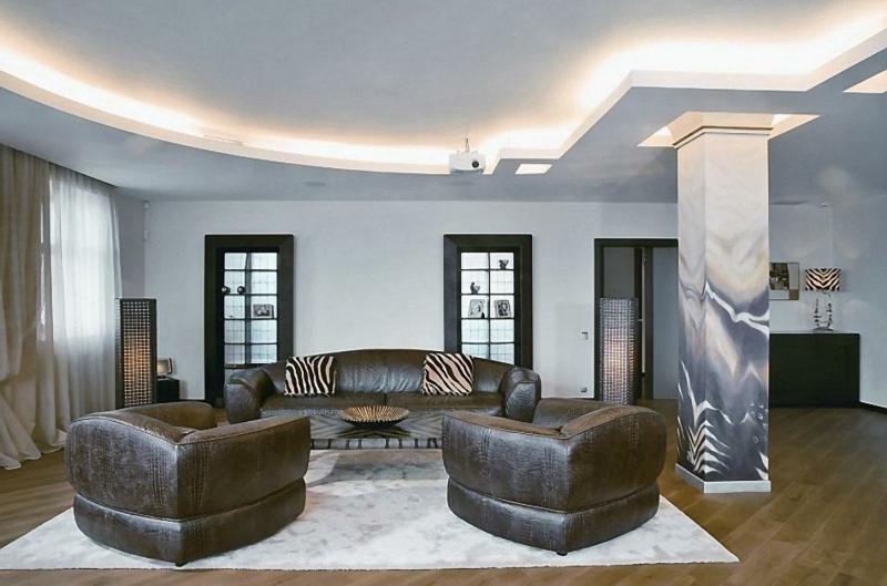 modernes Wohnzimmer afrikanische Akzente indirekte Beleuchtung