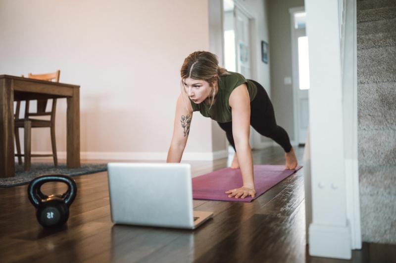 Frau Übungen machen zu Hause