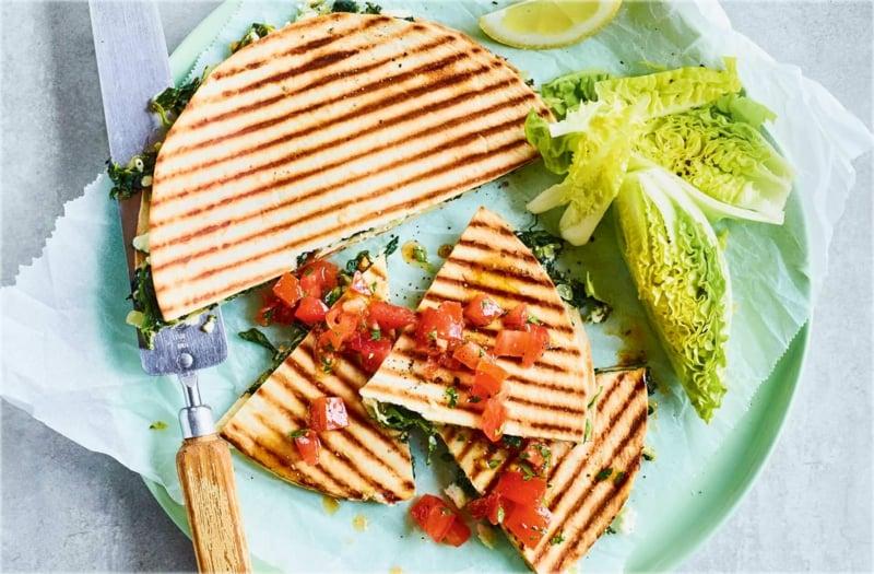 einfaches Essen für heiße Tage Fladenbrot mit Gemüse gegrillt