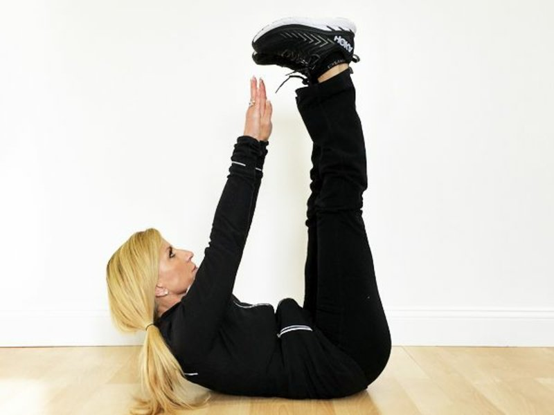 Bauch weg Übungen ab 50 Zehen berühren