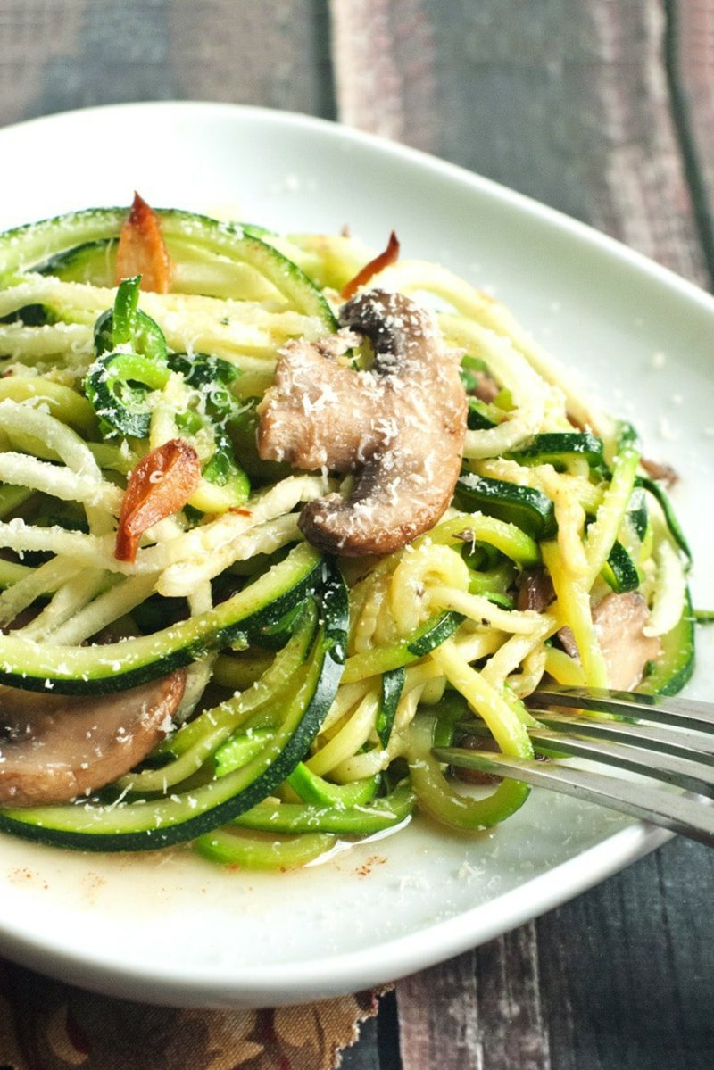 Zucchini Nudeln mit Pilzen und Gemüse