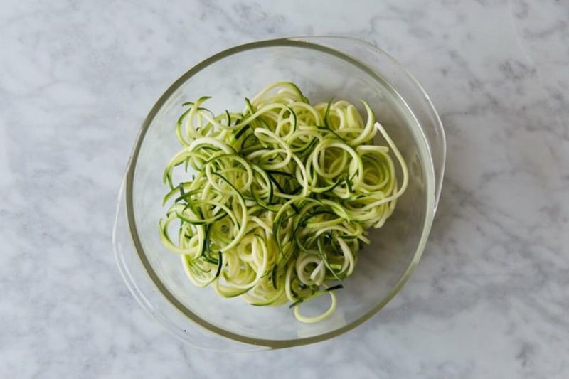Zucchini Nudeln kochen in der Mikrowelle