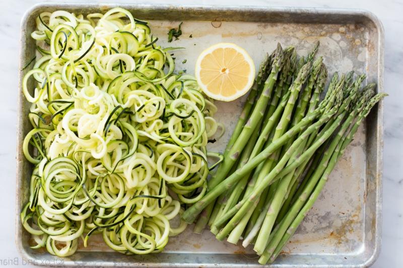 gesundes Essen Zucchini Nudeln Spargel