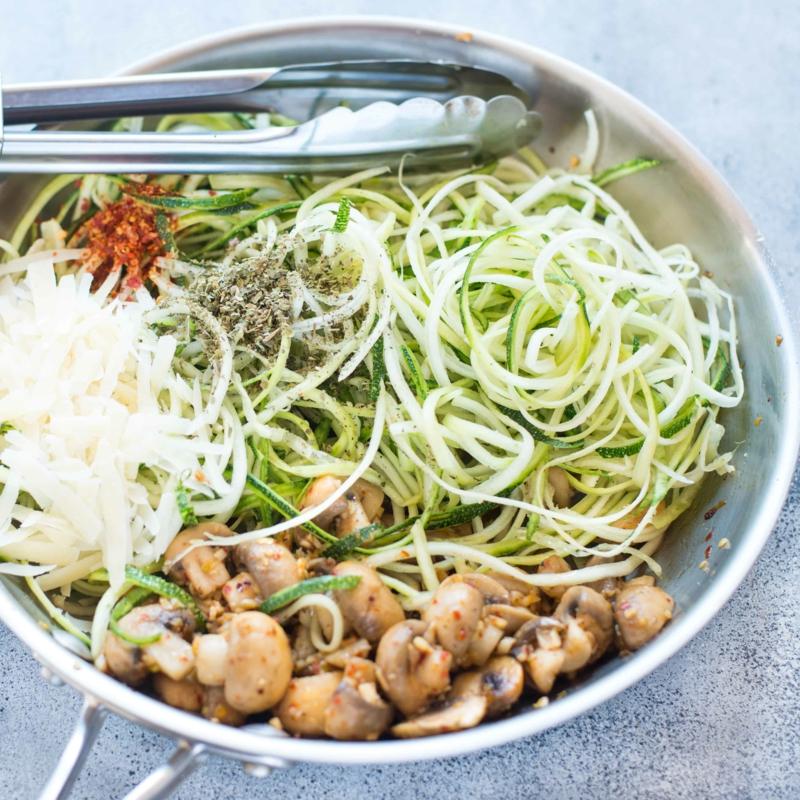 Zucchini Nudeln mit Pilzen gesund