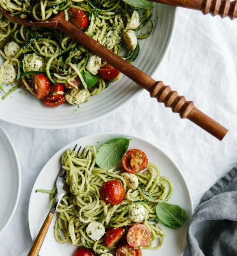 Zucchini Nudeln mit Feta und Tomaten