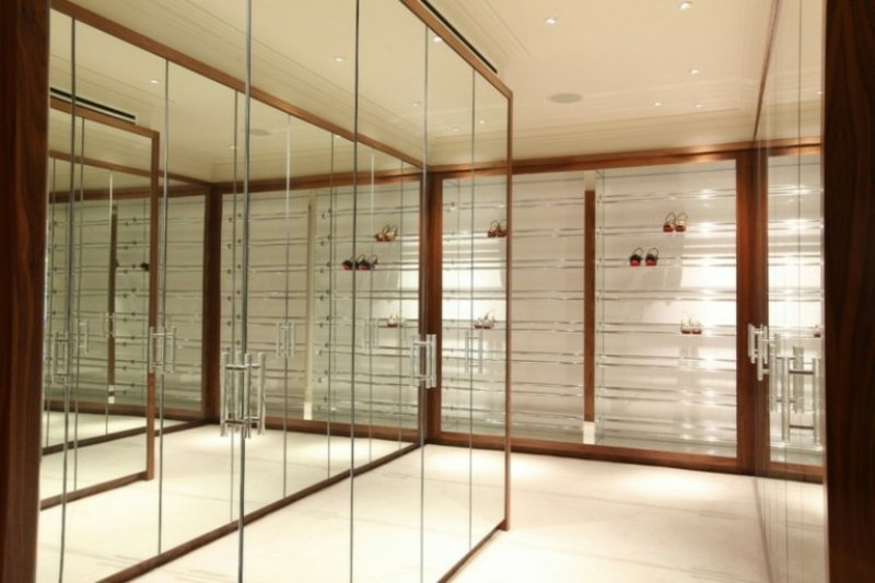 Ankleidezimmer DIY minimalistisch Spiegeltüren