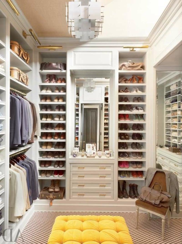begehbarer Kleiderschrank viele Schuhregale
