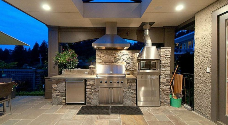 Außenküche Steinverkleidung moderne Geräte