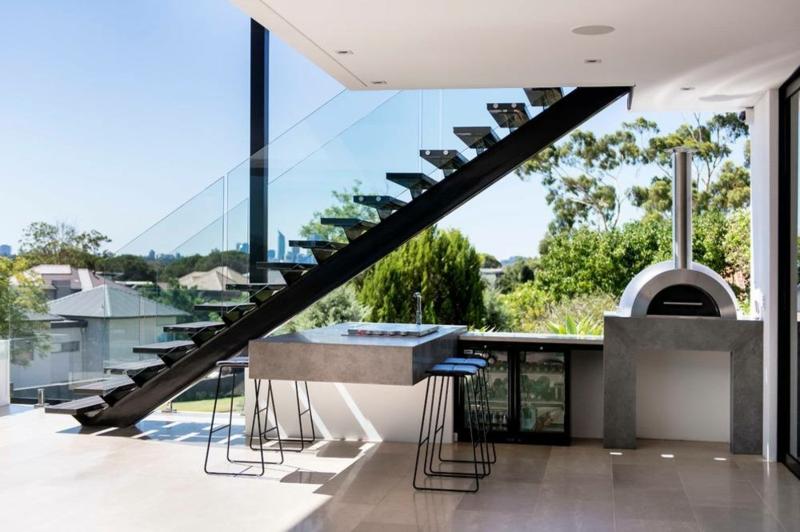 Außenküche modern unter Treppe