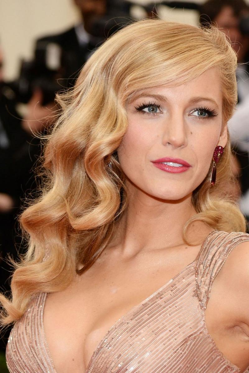 prachtvolle Locken Seitenscheitel blond Blake Lively