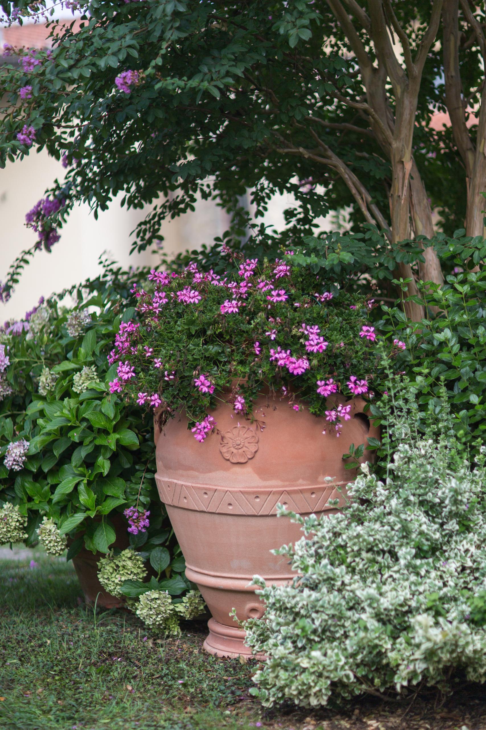 Garten verschönern mit wenig Geld - Übergröße Töpfe, Pflanzenkübel, Blumentöpfe