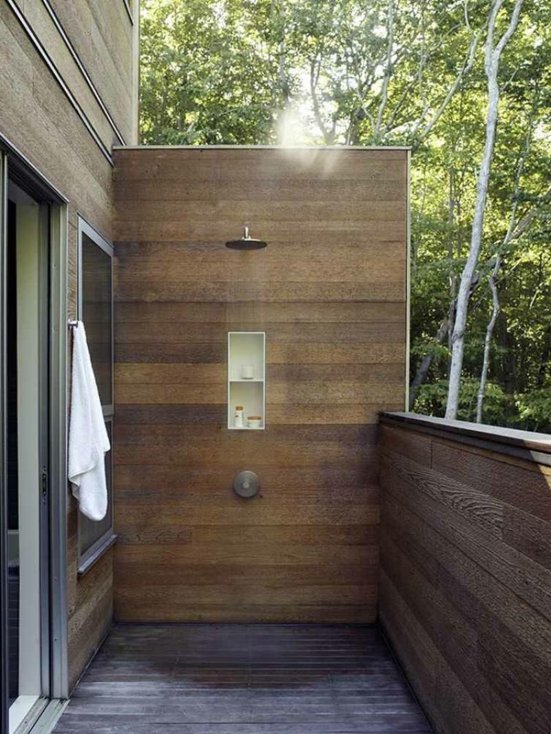 moderne Dusche im Freien Holzwand