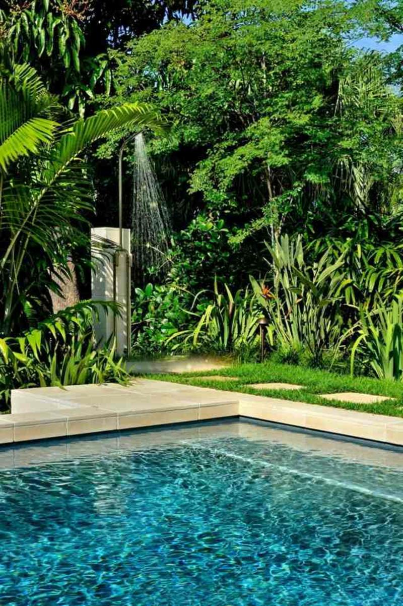 Gartendusche neben dem Pool