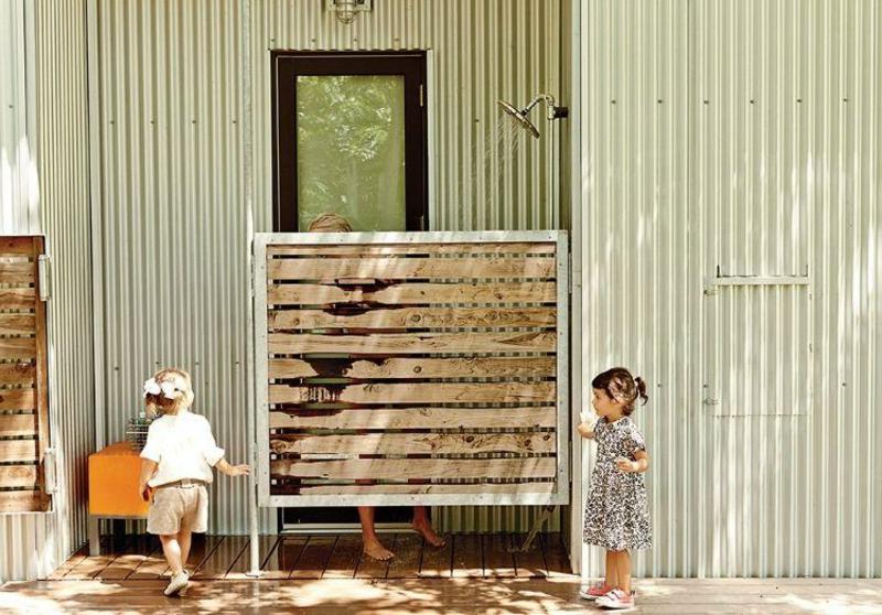 Wand aus Holzbrettern Sichtschutz