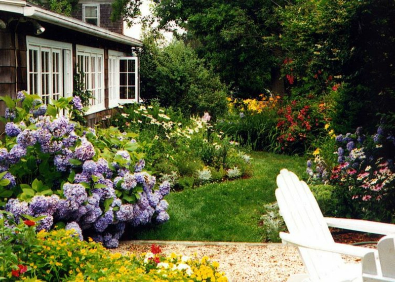 Garten maritim gestalten Rasenfläche Blumenbeet