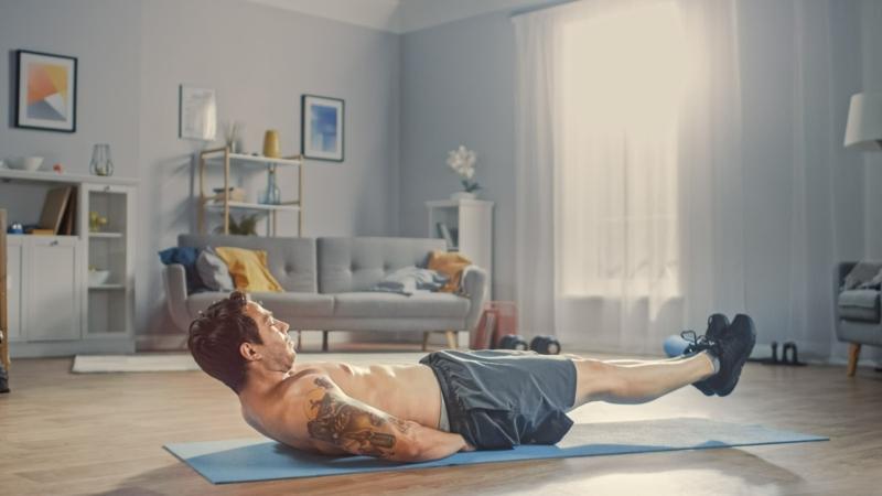 Übungen machen für die Bauchmuskeln Yoga-Matte