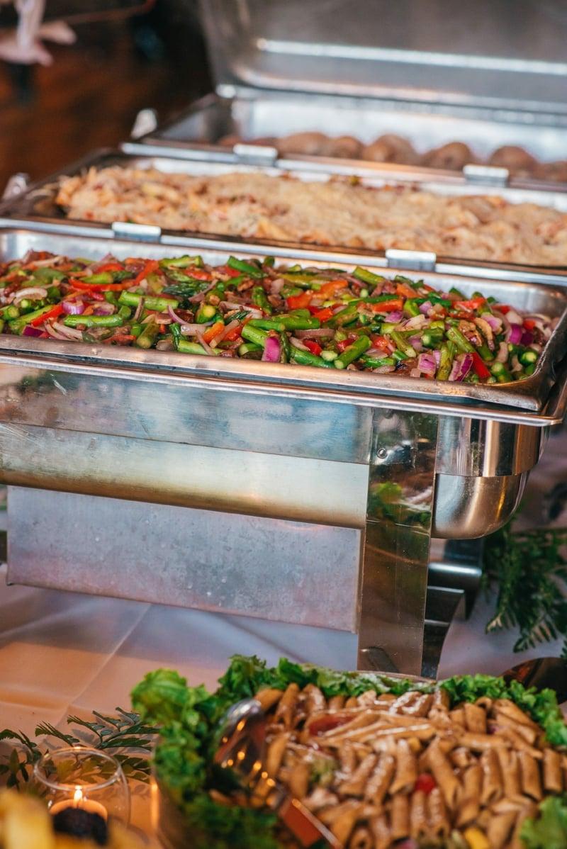Salate zubereiten viele Gäste