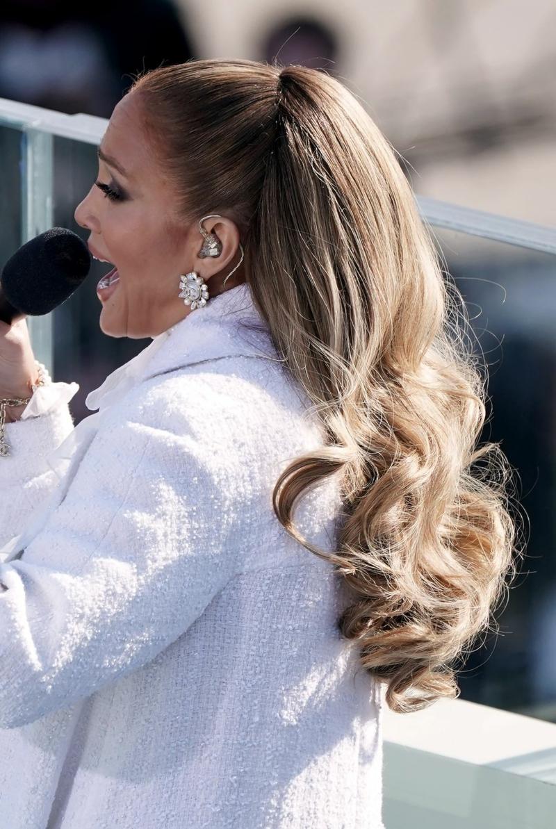 Jennifer Lopez Pferdeschwanz hoch am Kopf mit Locken