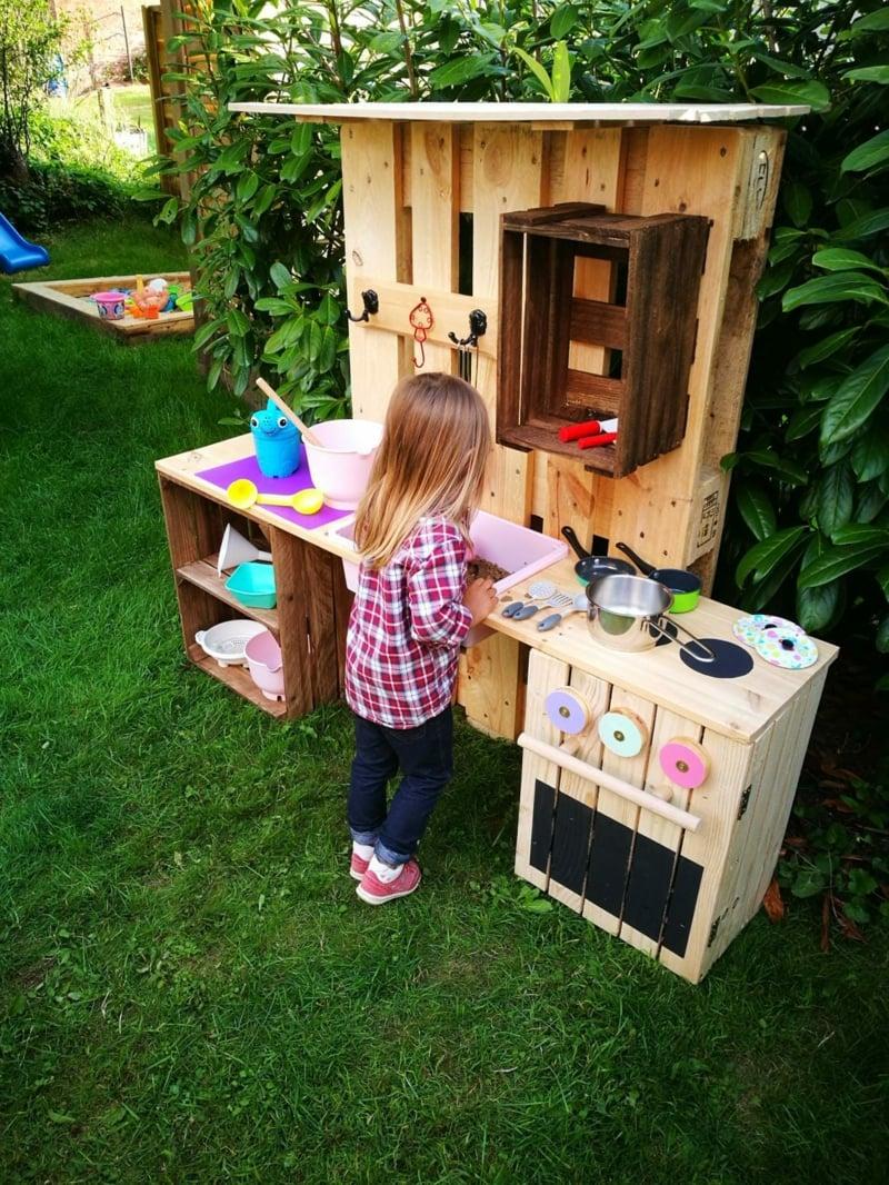 Kinderküche mit Sand kochen Spielplatz