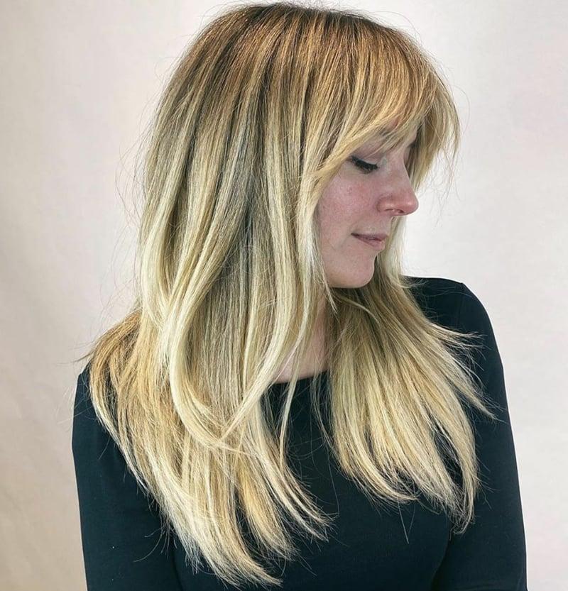 Stufen Frisur mit Pony blond