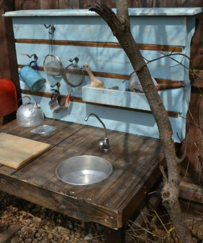 Matschküche mit Rückwand und Wasserhahn