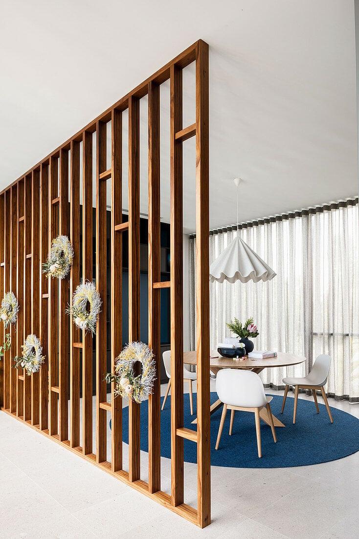 dekorative Trennwand aus Holz schöner Look