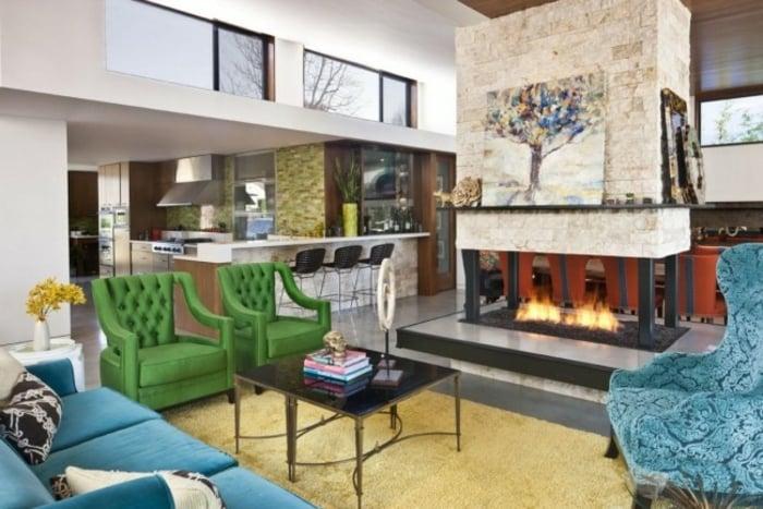 eklektischer Einrichtungsstil Wohnzimmer mit Kamin grüne Sessel