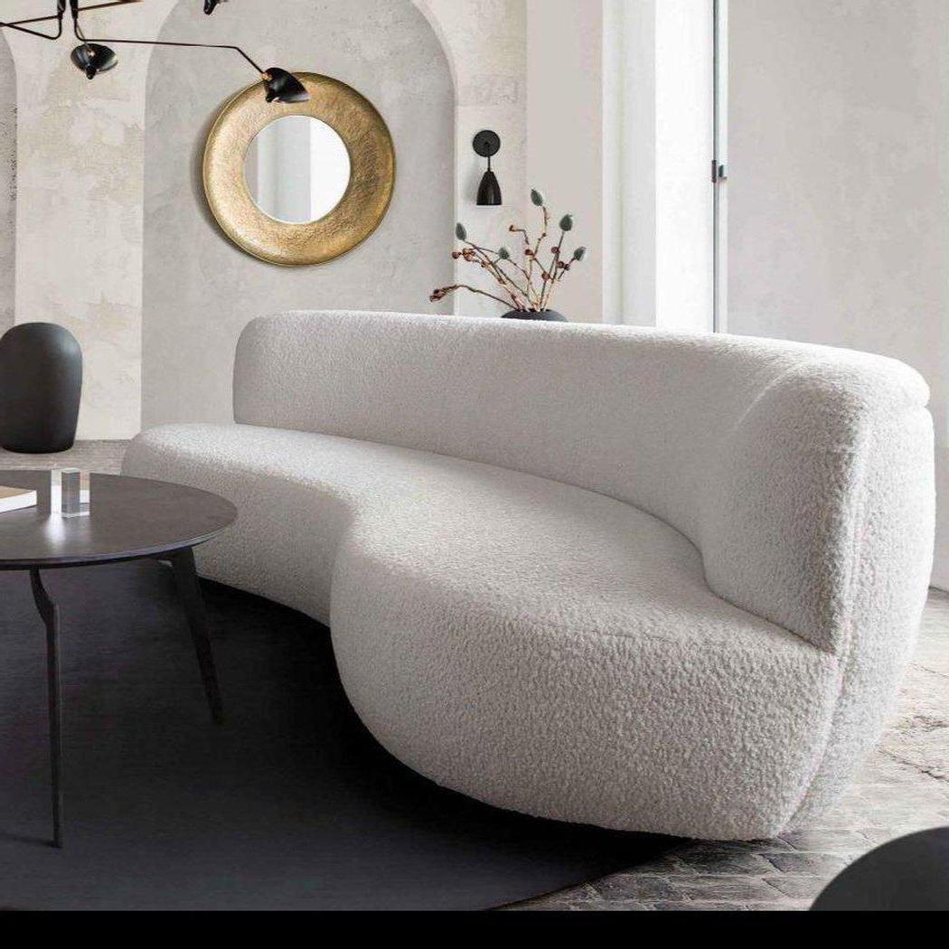 Sofas in runden Formen stehen im Mittelpunkt der Wohnzimmer Trends 2021